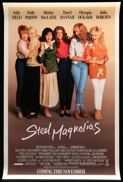 Sáu người phụ nữ vui vẻ đứng cạnh nhau