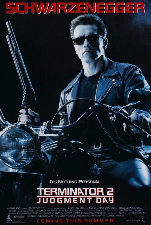 Người đàn ông đeo kính đen tay cầm súng ngồi mo to