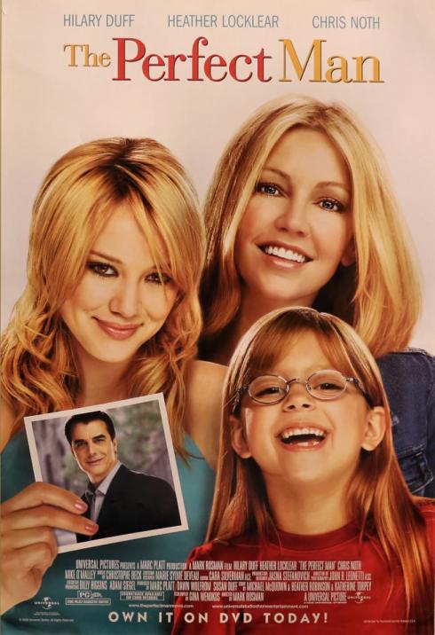 Hai người phụ nữ cùng một bé gái cầm tấm ảnh của người đàn ông