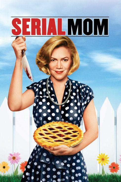 Người phụ nữ cầm con dao và chiếc bánh