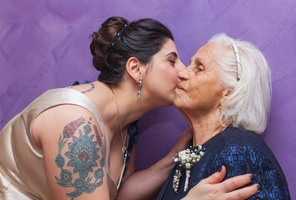 Cô gái vui vẻ ôm hôn bà cụ tóc bạc