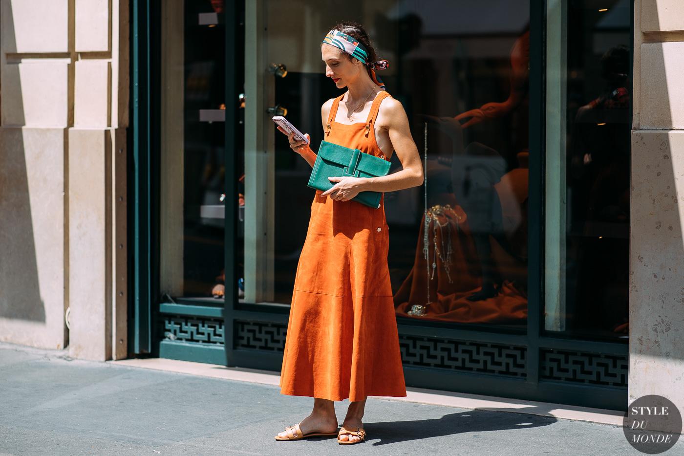 thời trang vintage đầm hai dây và khăn lụa