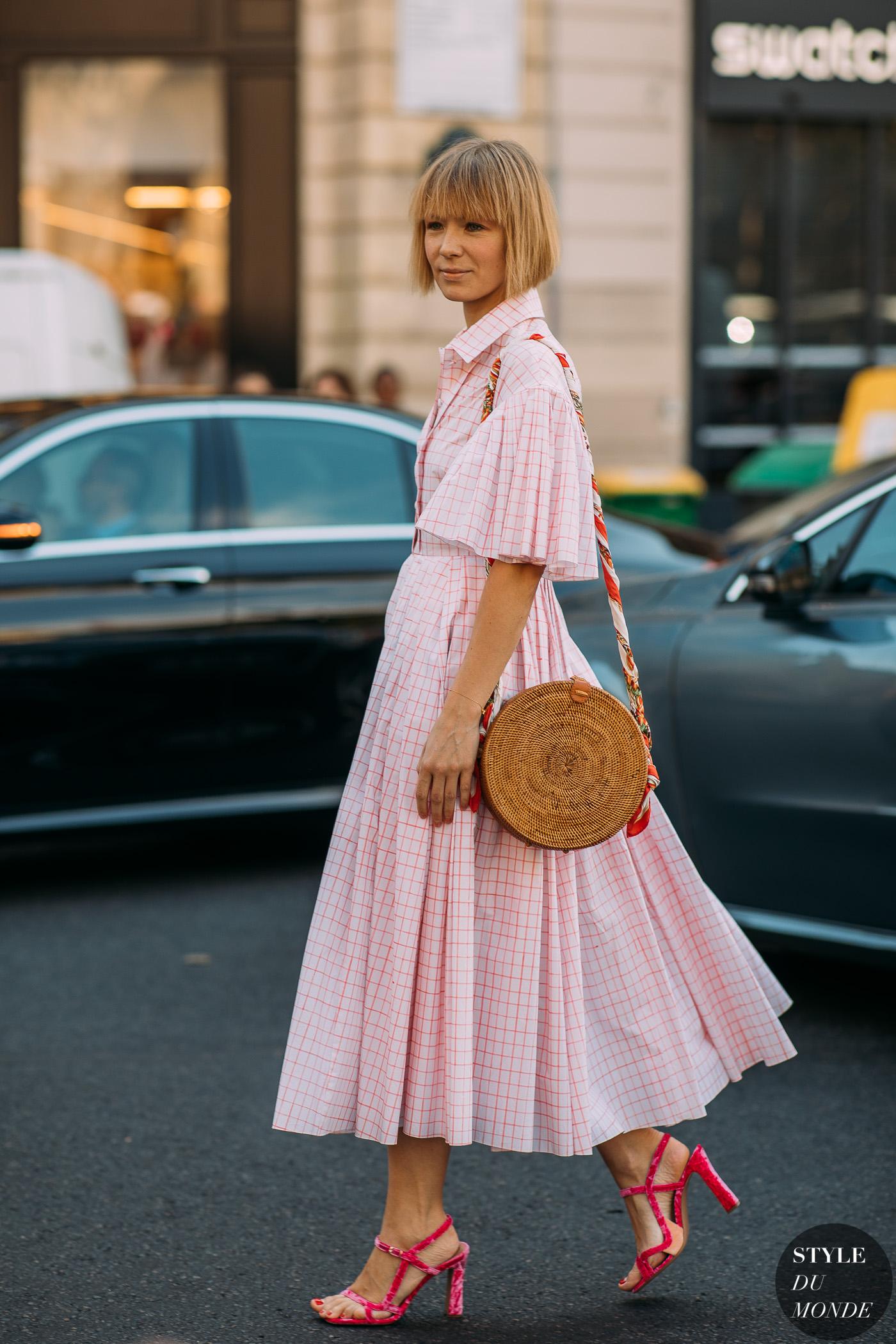 thời trang vintage đầm kẻ ô và túi cói