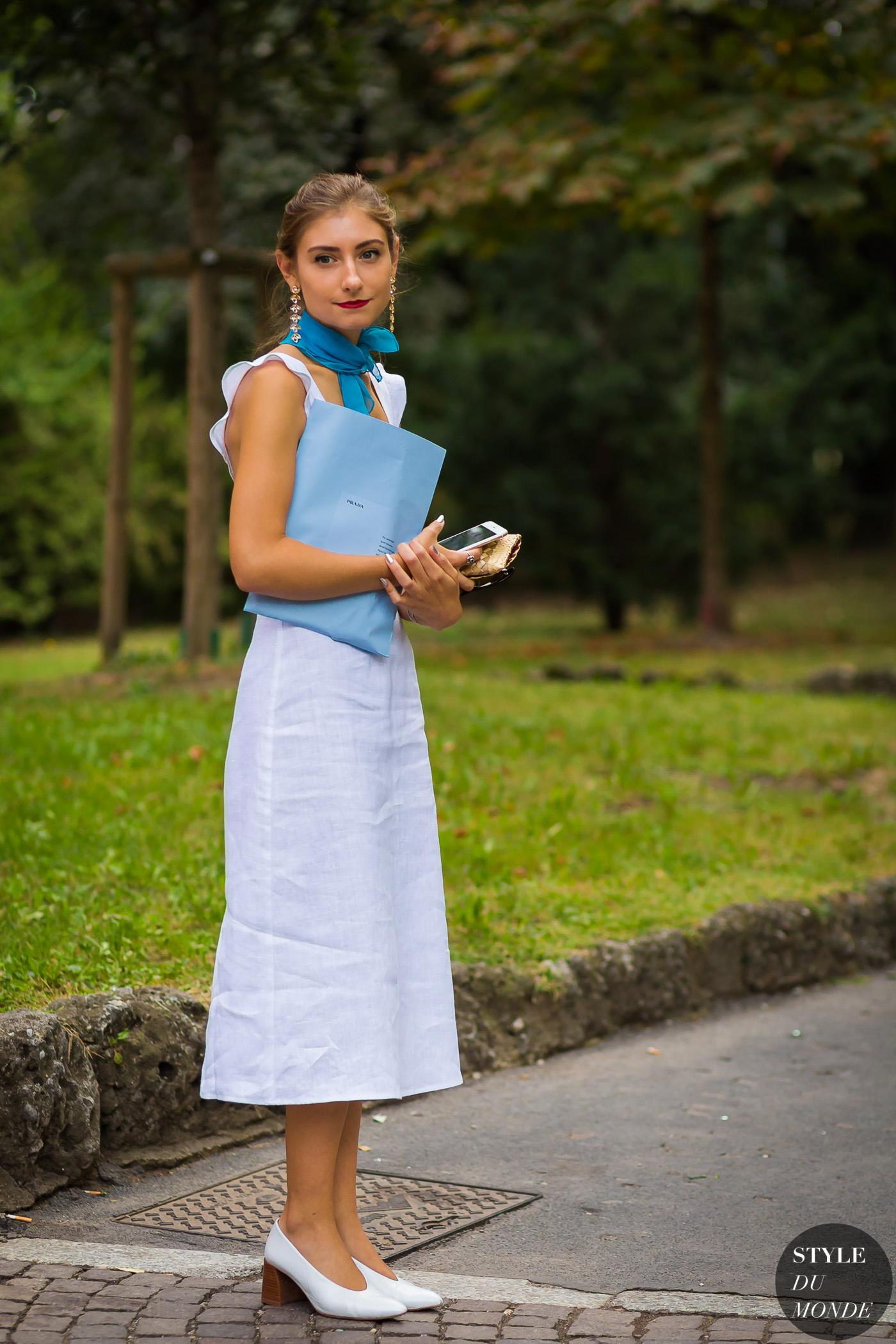 thời trang vintage đầm xanh baby blue và khăn lụa
