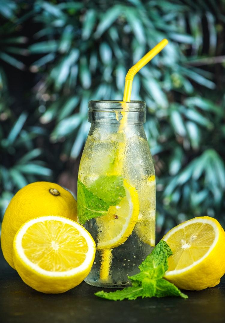 Thức uống giải nhiệt detox bằng chanh và lá bạc hà đem lại nhiều lợi ích cho sức khỏe