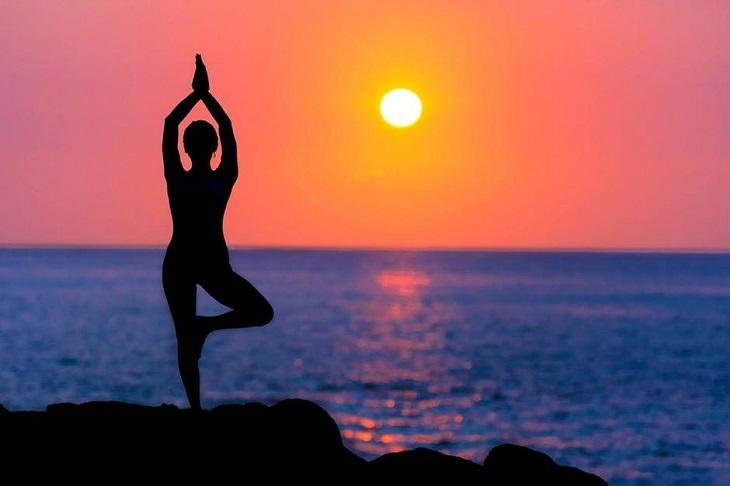 bài tập yoga - người phụ nữ đứng tập yoga 01