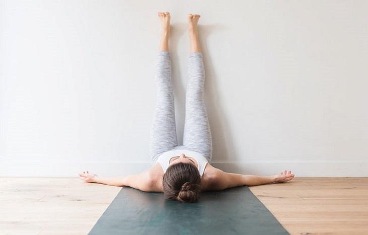 bài tập yoga - người phụ nữ gác chân lên tường