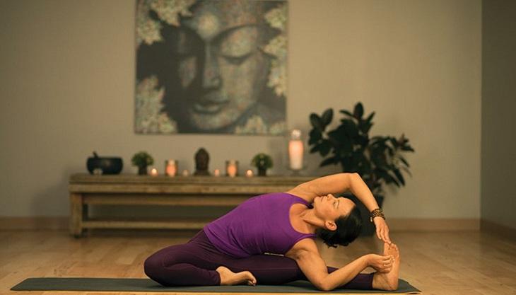 bài tập yoga - người phụ nữ ngồi tập yoga 02
