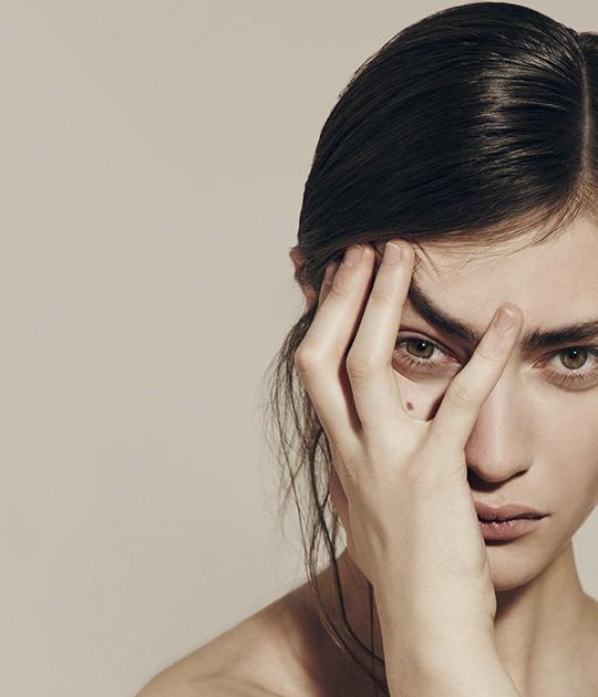 Cuộc sống căng thẳng dẫn đến stress hay thời tiết khắc nghiệt là hai trong số nhiều nguyên nhân gây bệnh Eczema da đầu