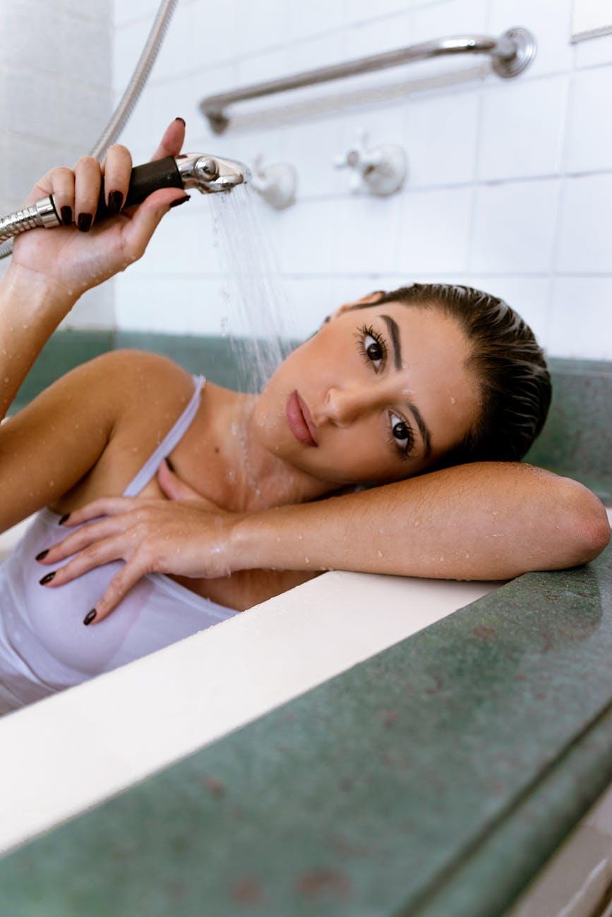 gội đầu bằng nước ấm là cách loại bỏ dầu nhờn - một trong những biện pháp điều trị cho người bị Eczema da đầu