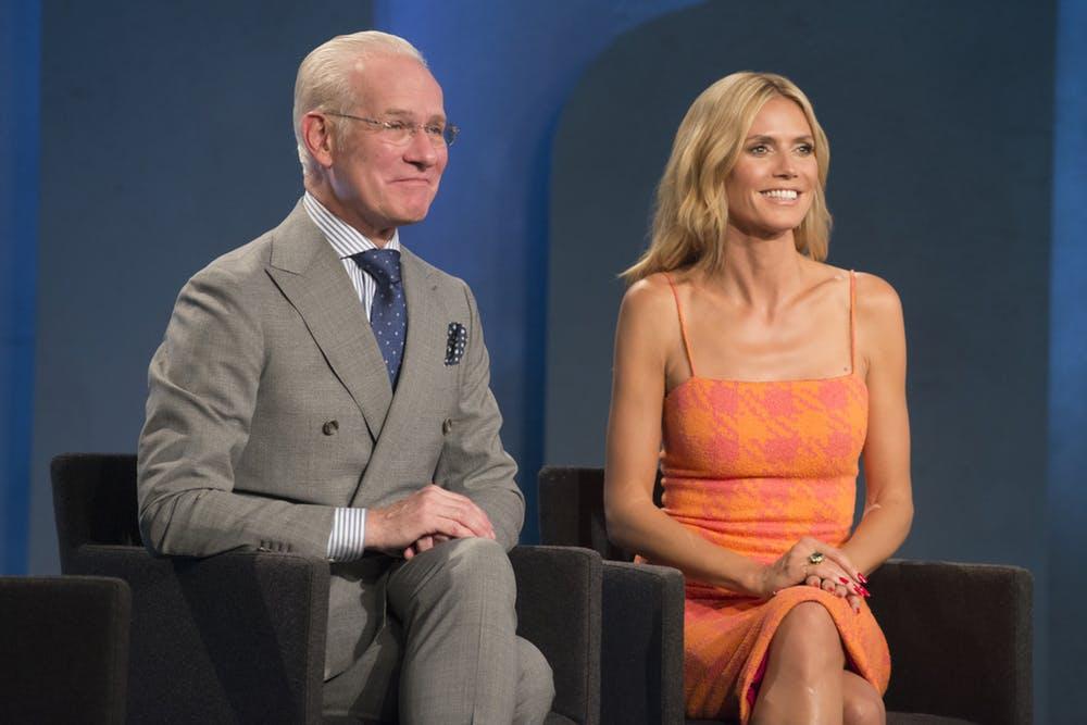 siêu mẫu Heidi Klum diện đầm hai dây màu cam tại chương trình Project Runway