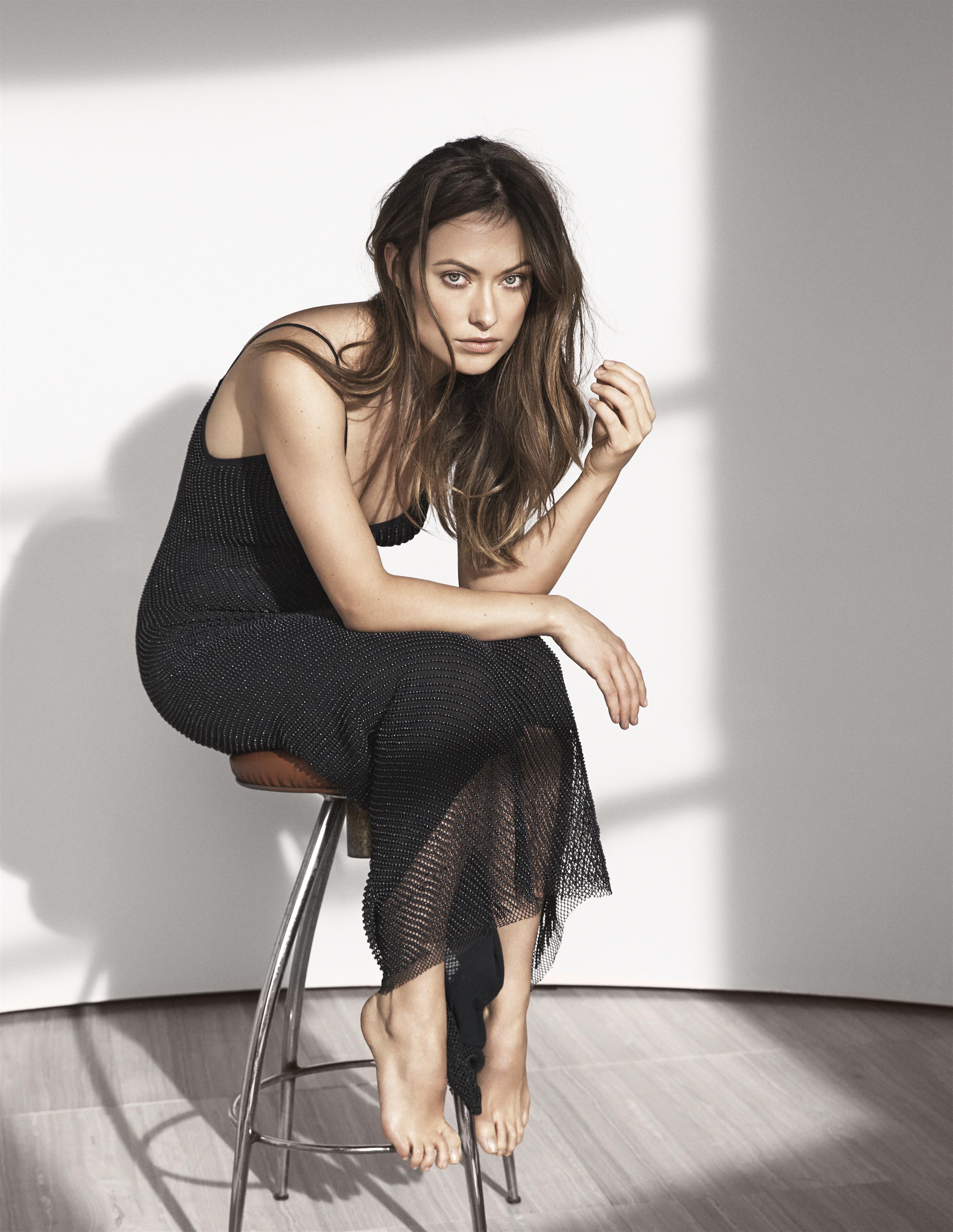Olivia Wilde mặc đầm đen chụp ảnh cho bst kết hợp H&M và Conscious Commerce