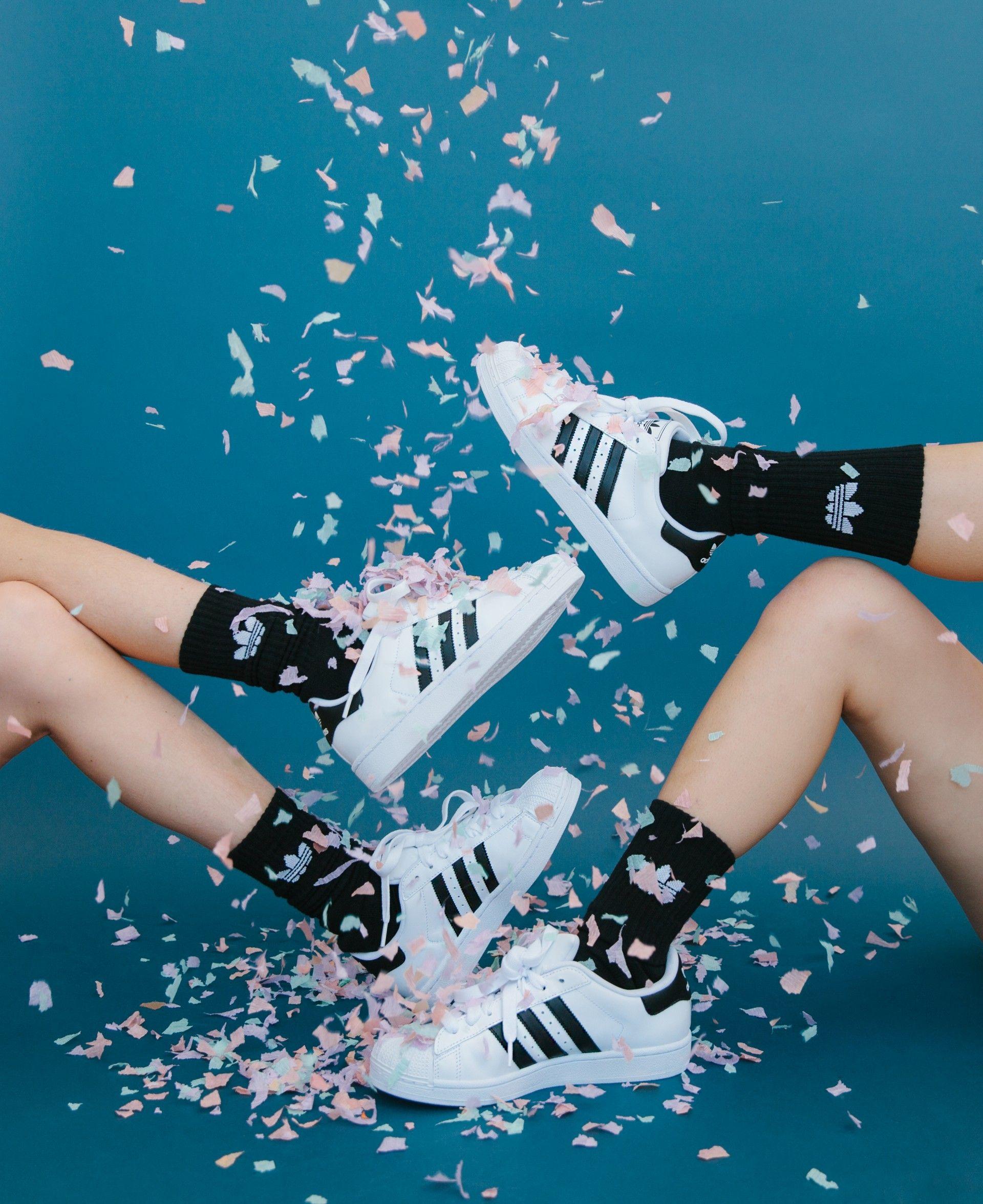 giày addidas superstar màu trắng và tất đen