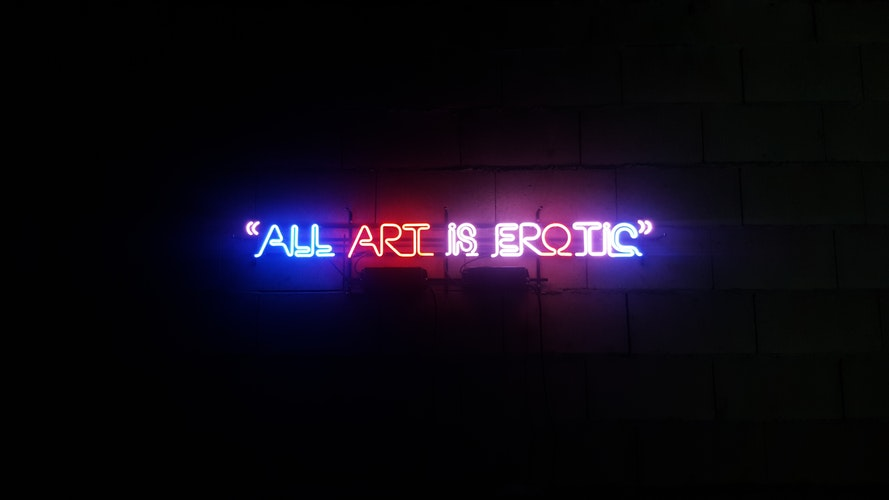 chữ neon all art is erotic