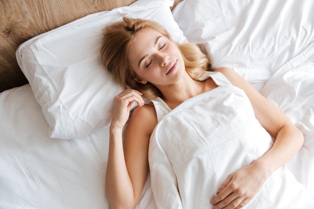 cô gái đang ngủ làn da ẩm mịn
