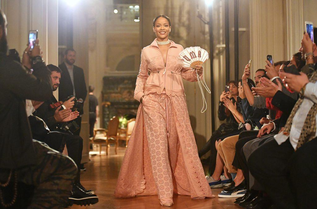 ca sĩ rihanna mặc đầm hồng trên sàn diễn