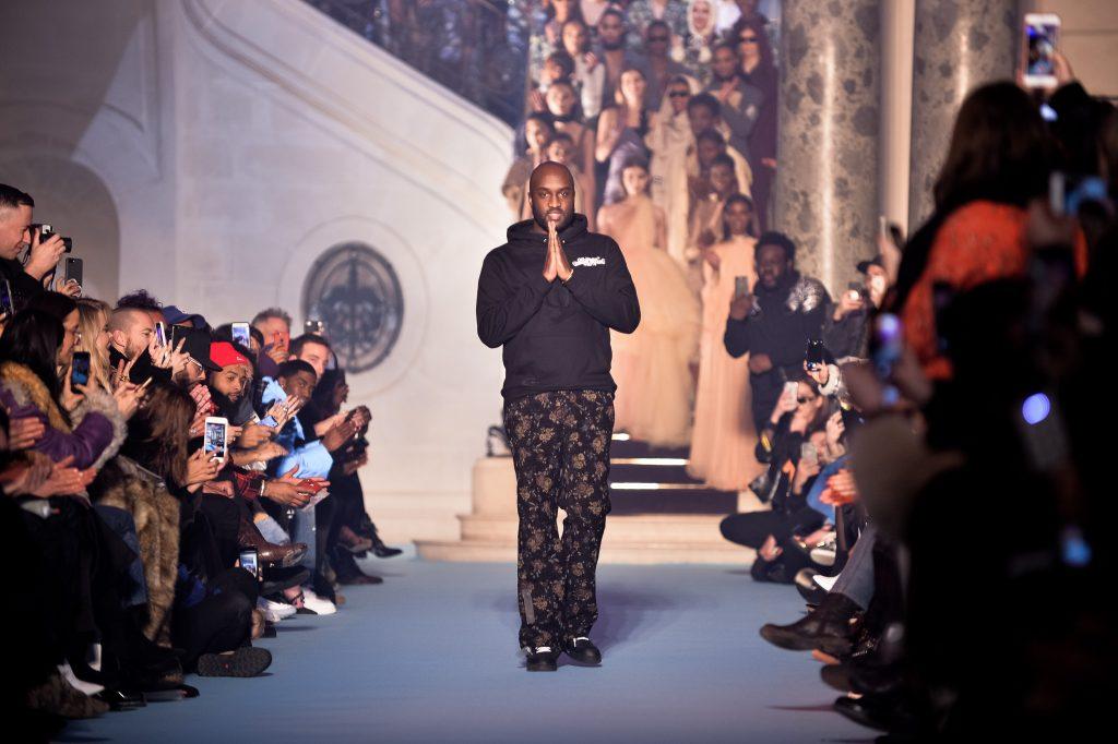 Virgil Ahloh mặc áo hoodie đen trên sàn diễn