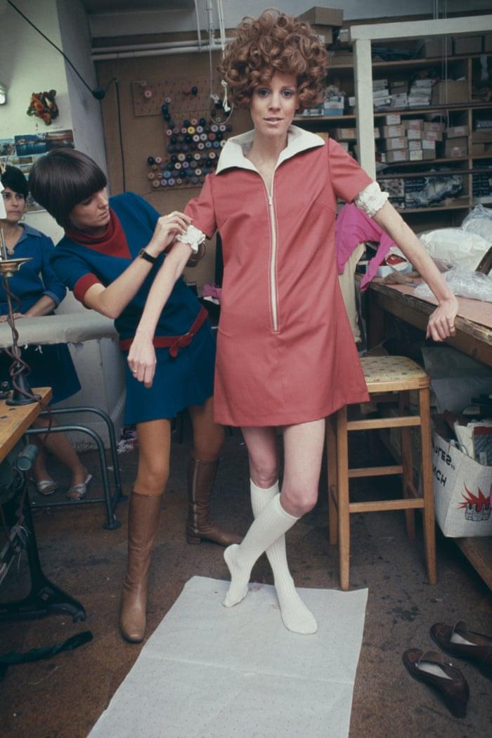 Mary Quant tạo ra chiếc váy mini hồng cho người mẫu