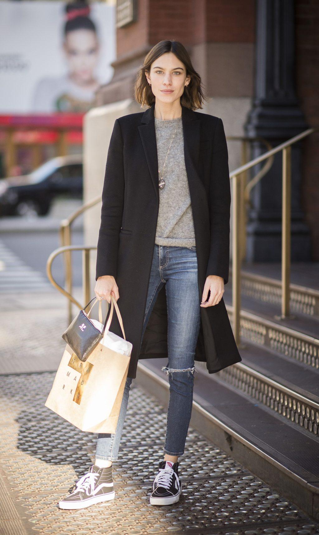 Alexa Chung theo đuổi phong cách sportwear với quần jeans rách, trenchcoat, sneakers