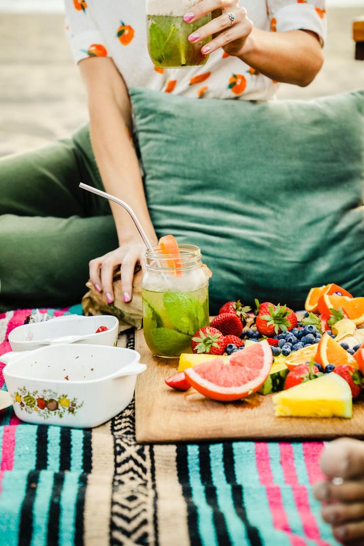 những thức uống giải nhiệt detox không chứa calo là sự lựa chọn không tồi bởi có thể lấp đầy dạ dày và khiến bạn không thế đói.