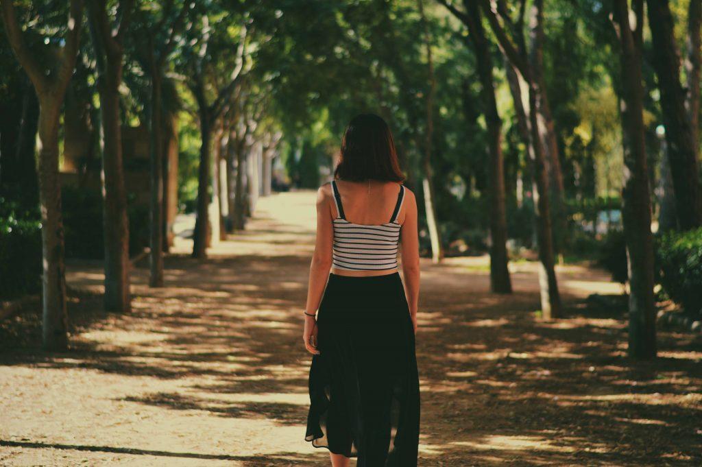 cô gái đi trên đường