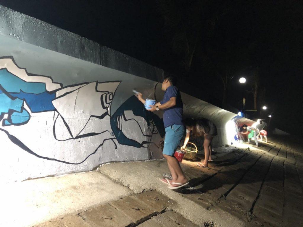 Đại học Mỹ thuật Công nghiệp Hà Nội vẽ tranh trên tường vào ban đêm