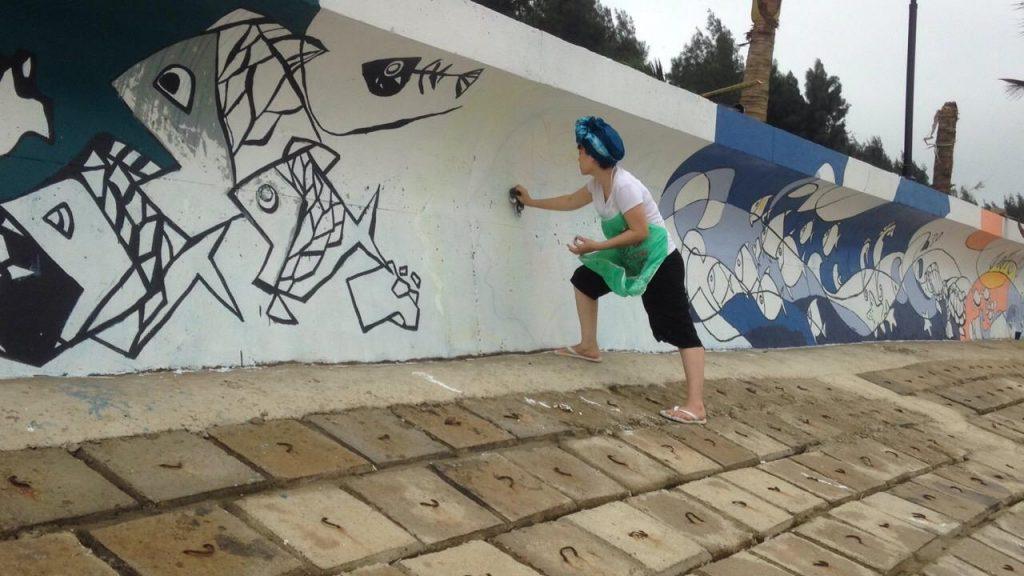 Hoạ sĩ vẽ tranh trên tường biển Linh Trường