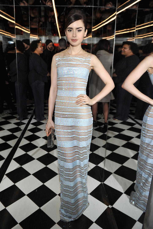 thời trang của lily collins đầm sheer xanh bạc