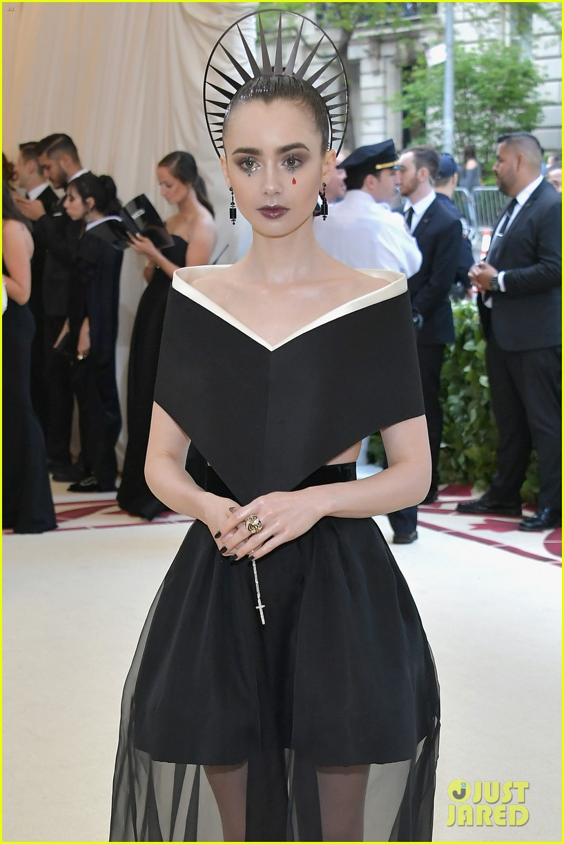 thời trang của lily collins tại met gala 2018