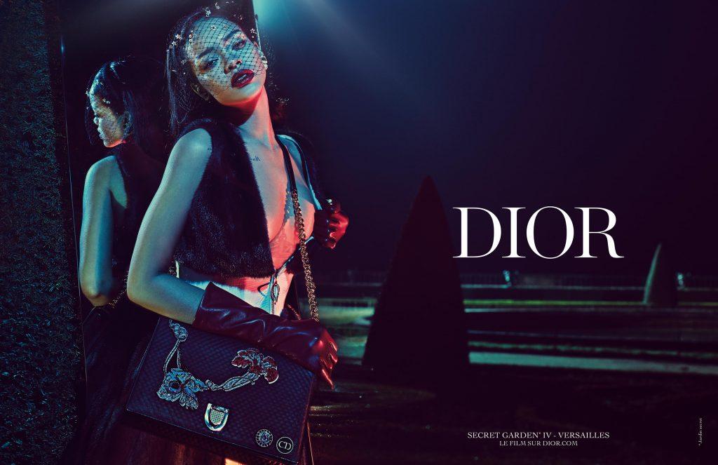 ca sĩ Rihanna đeo túi xách Dior vào năm 2015