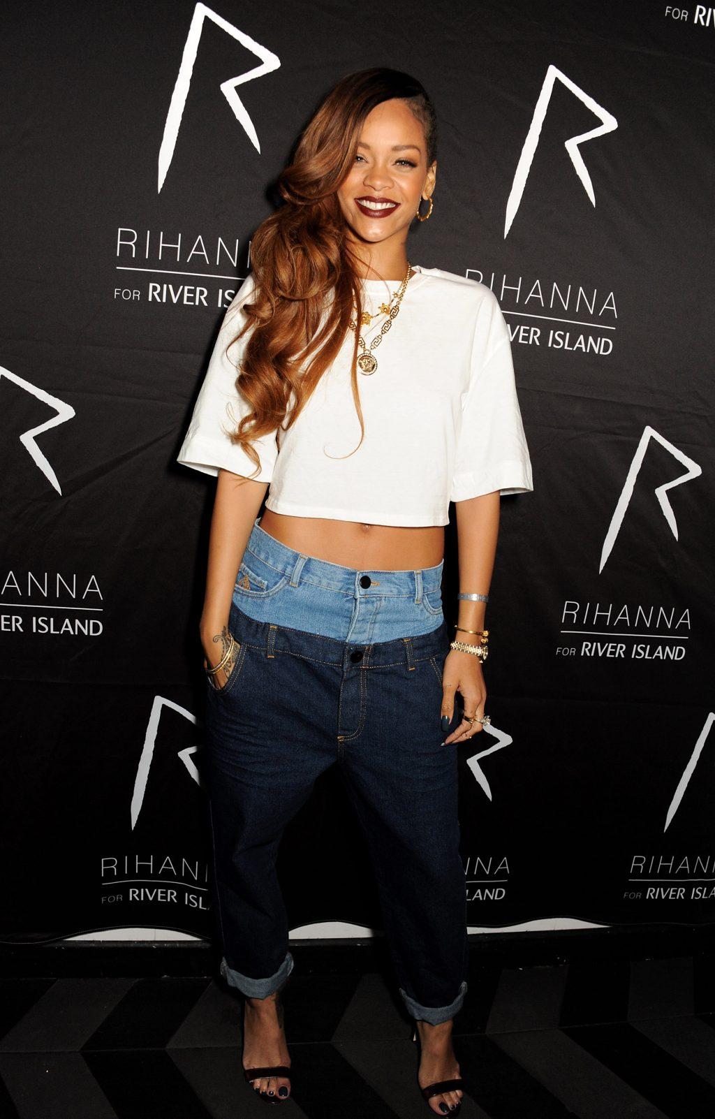 Rihanna mặc áo crop top và quần jeans hai lưng sự kiện River Island