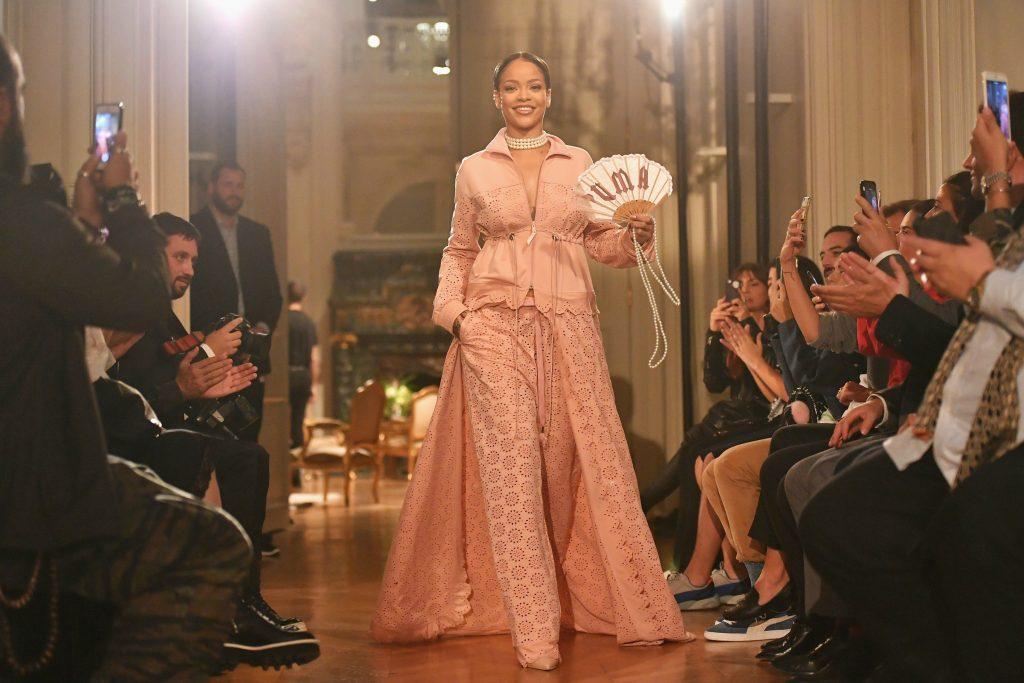 rihanna mặc đầm hồng trên sàn diễn Fenty x Puma