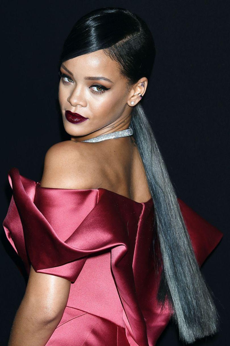 Rihanna tóc dài diện đầm đỏ và son đỏ