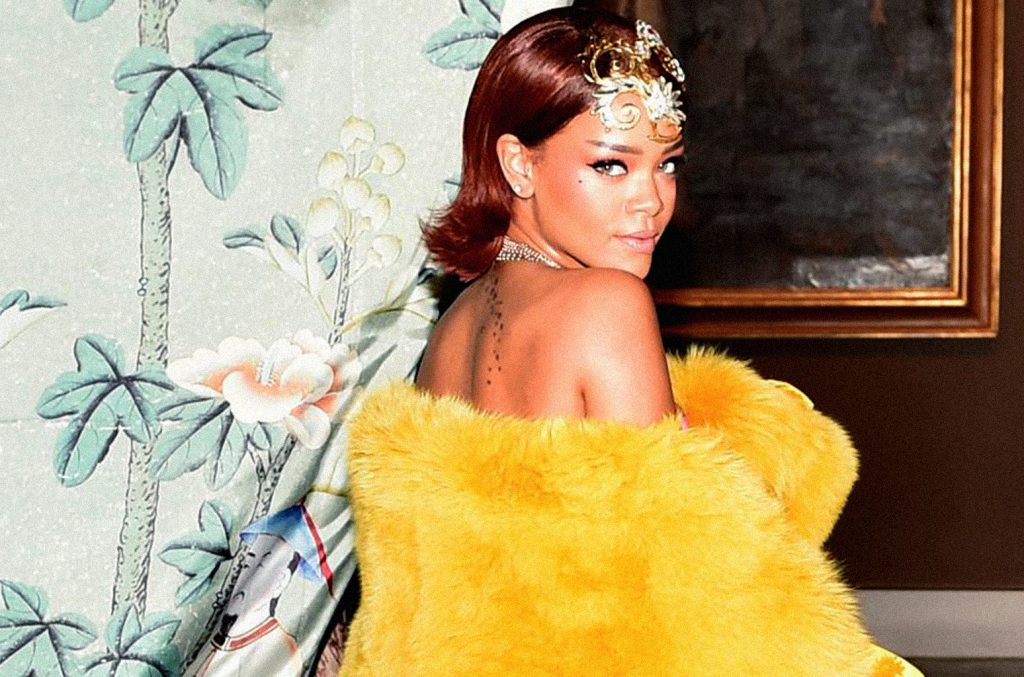 ca sĩ Rihanna mặc áo lông vàng tại thảm đỏ Met Gala 2015