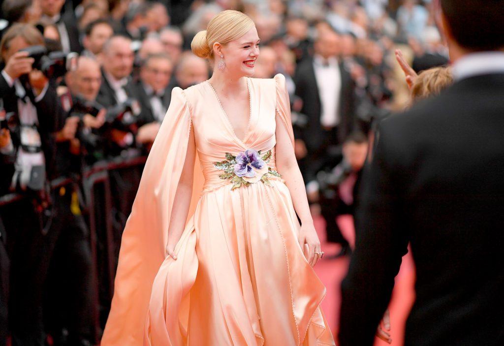 Elle Fanning tươi cười trên thảm đỏ cannes 2019