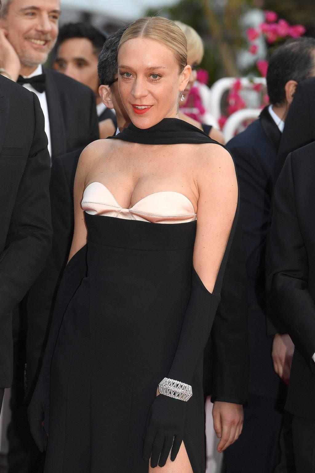 chloe sevigny diện đầm đen của Mugler và trang sức chopard trên thảm đỏ cannes 2019