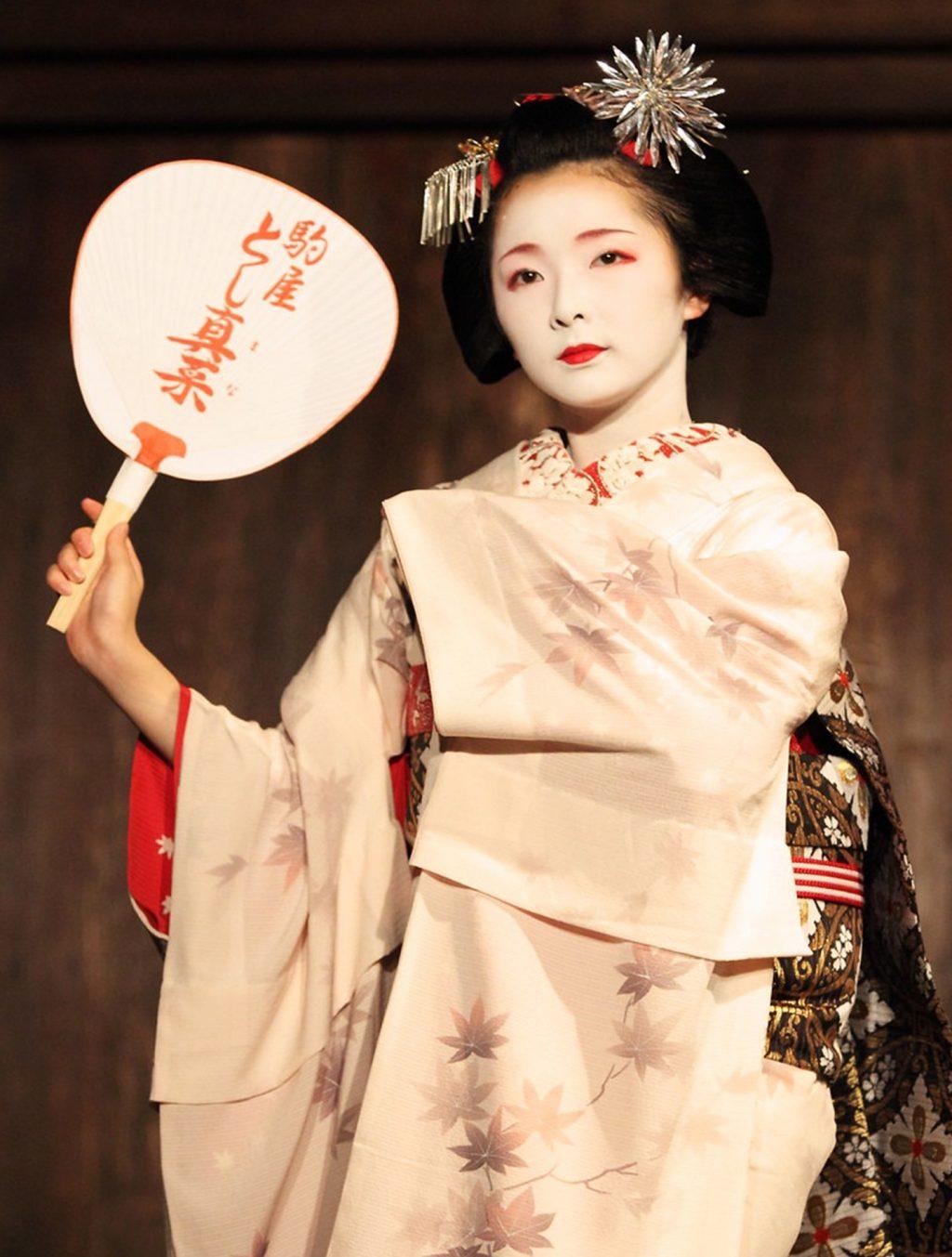 cô gái geisha nhật cầm quạt mỹ phẩm thiên nhiên