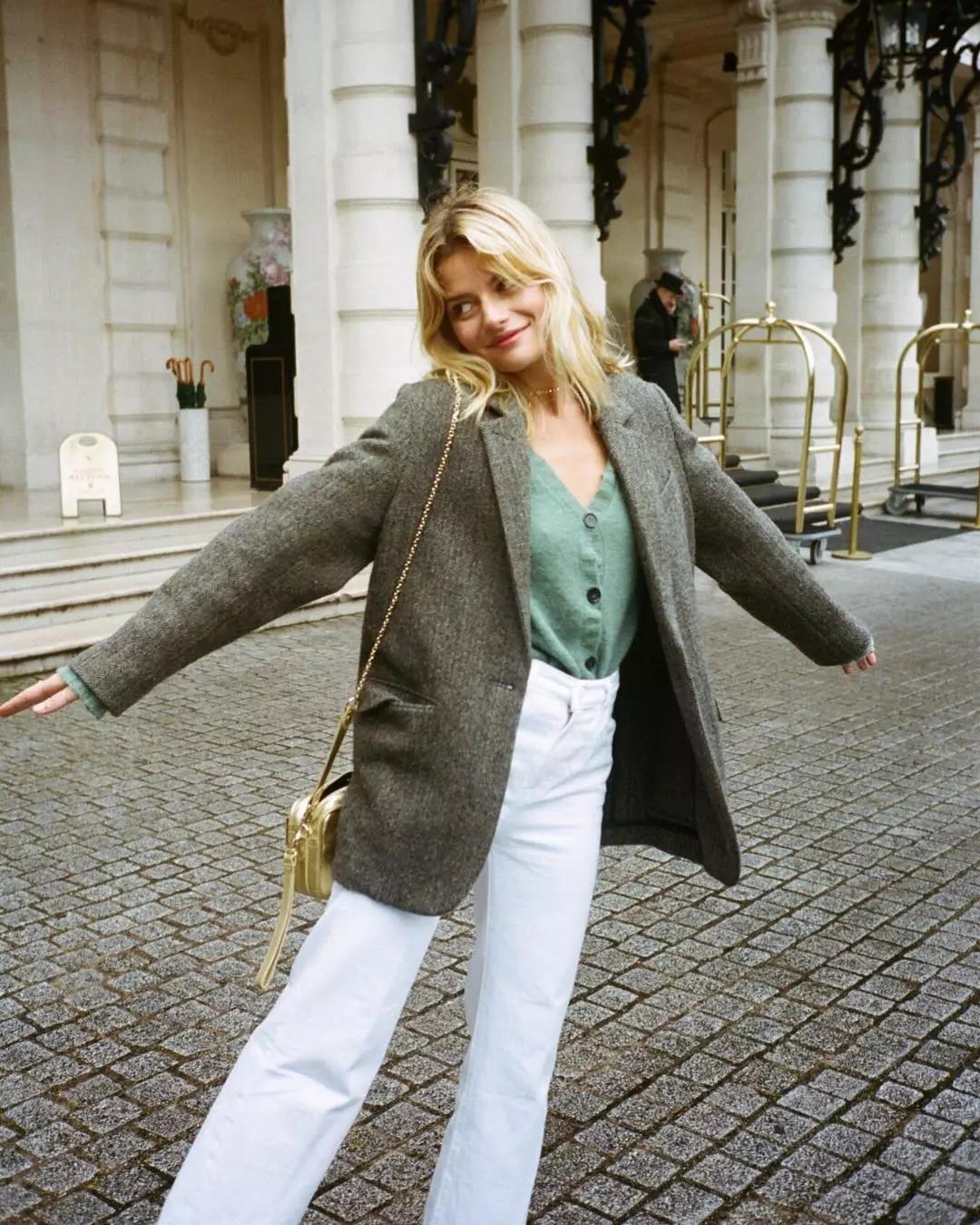 quần jeans trắng và áo khoác