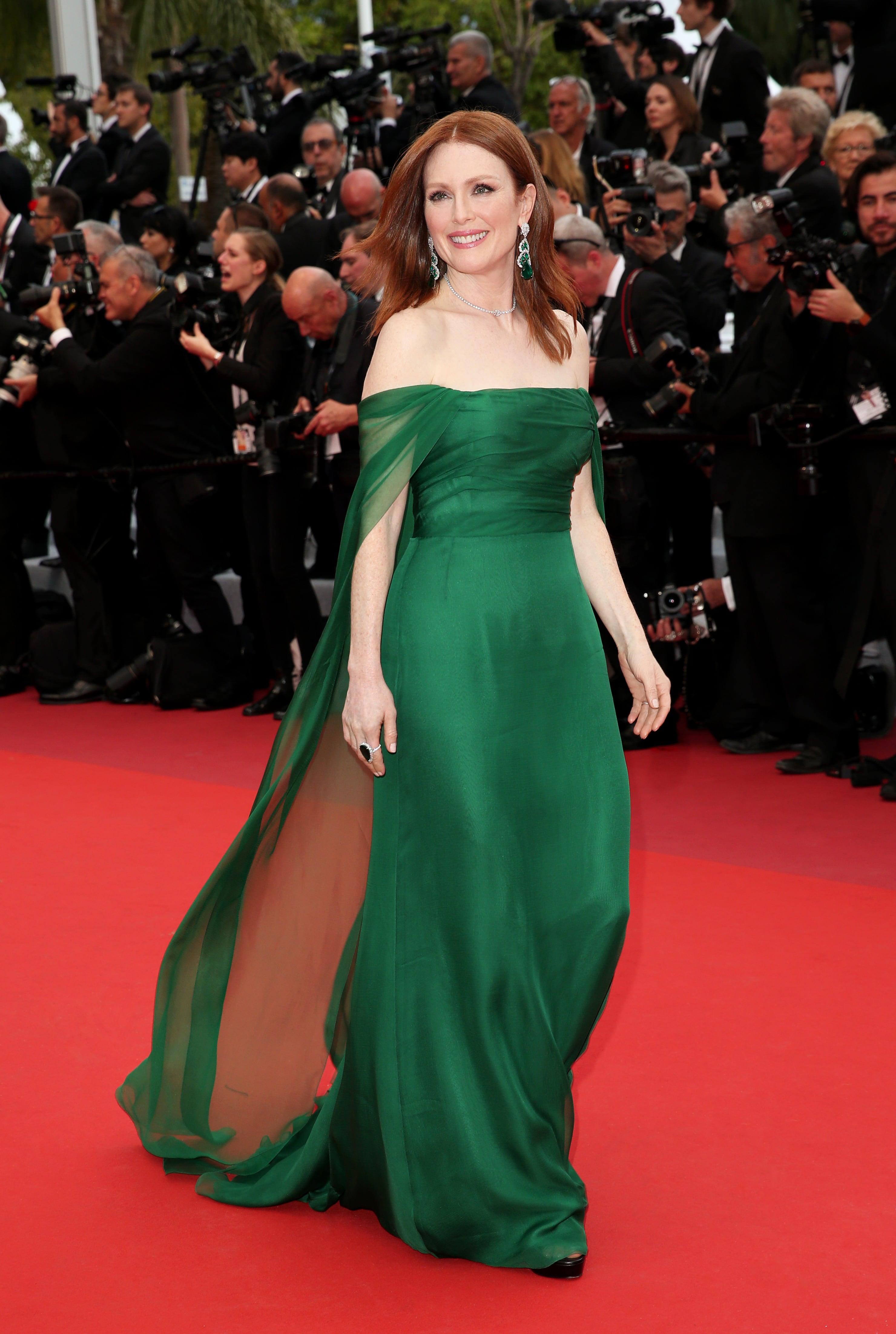 julianne more diện đầm xanh và trang sức chopard trên thảm đỏ cannes 2019