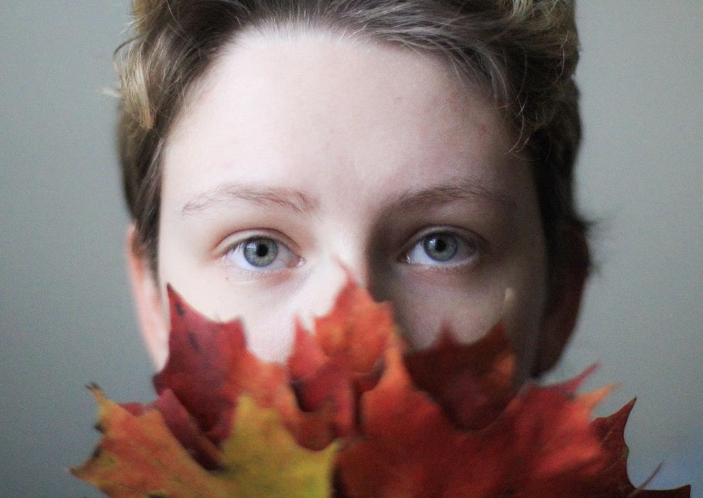 Cô gái mắt xanh che miệng bằng lá phong - cung hoàng đạo Bọ Cạp