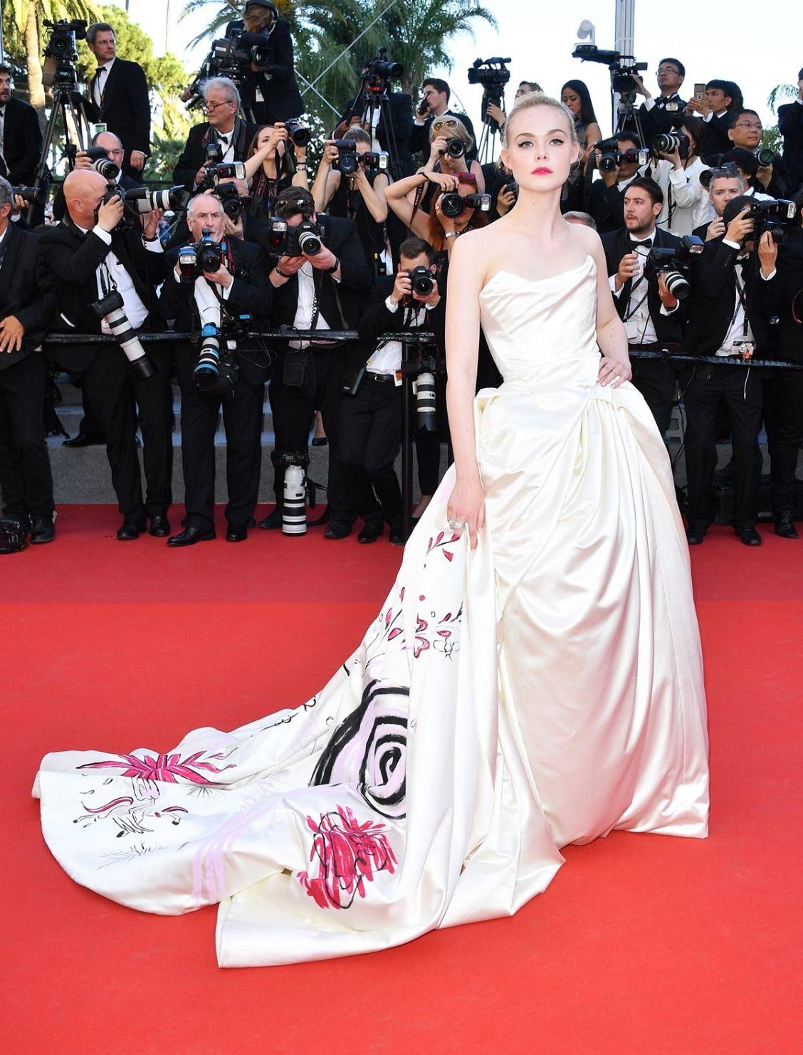 Elle Fanning diện đầm trắng Vivienne Westwood tại thảm đỏ Cannes 2017