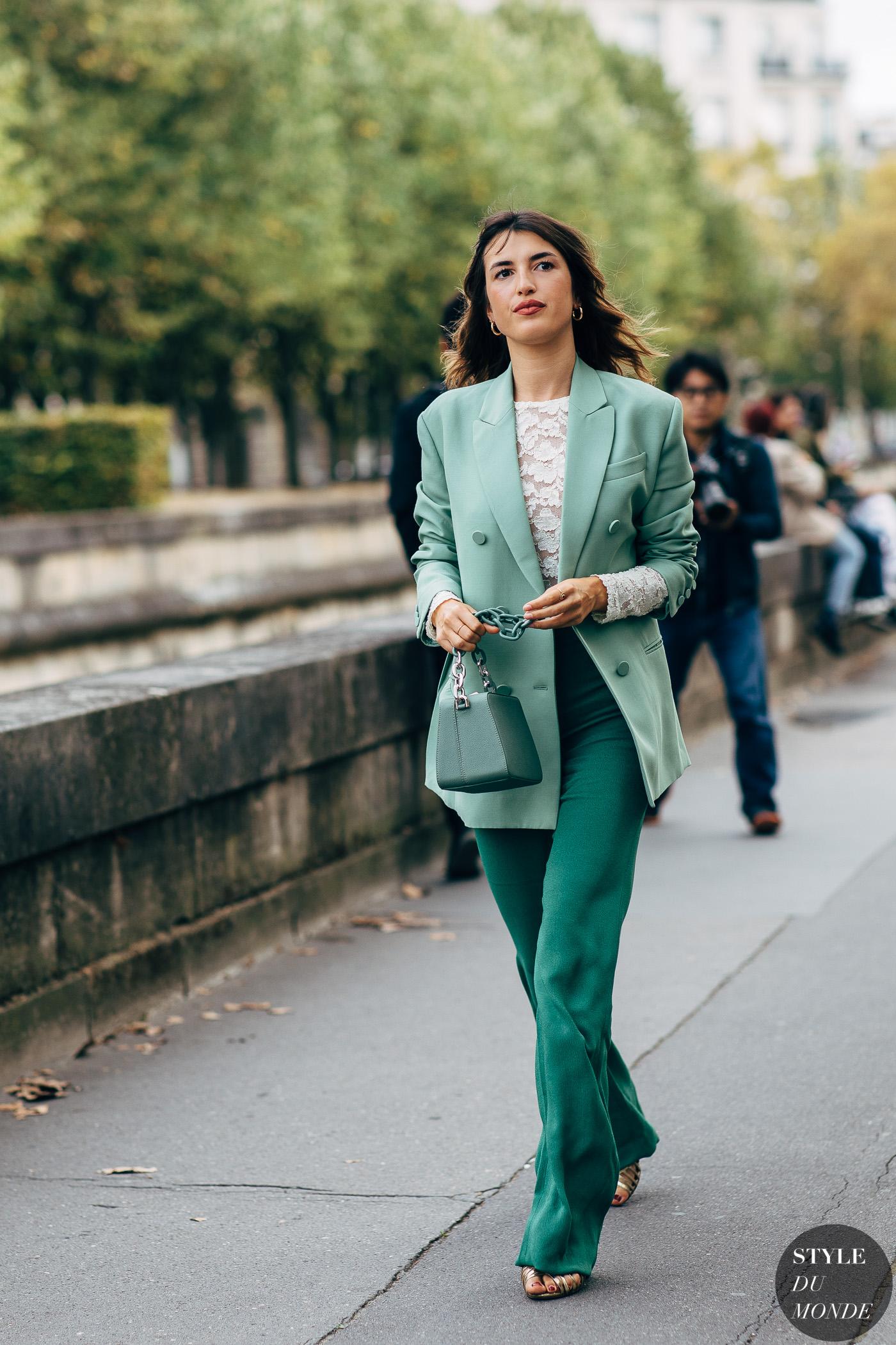 Jeanne Damas diện âu phục xanh mòng két và túi xách hình học cùng tông màu tại Tuần lễ Thời trang Paris Xuân - Hè 2019