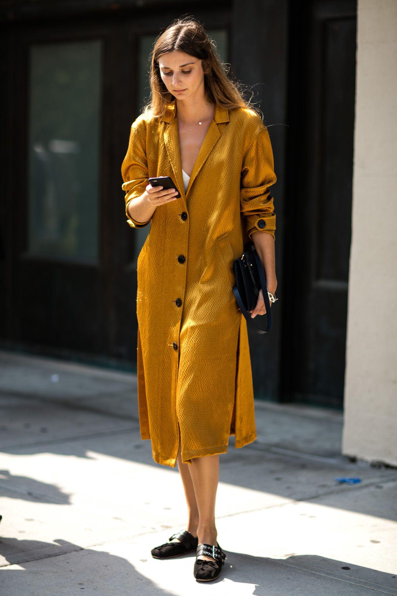 fashionista diện váy vàng mustard của thương hiệu Simone Miller tại Tuần lễ Thời trang New York
