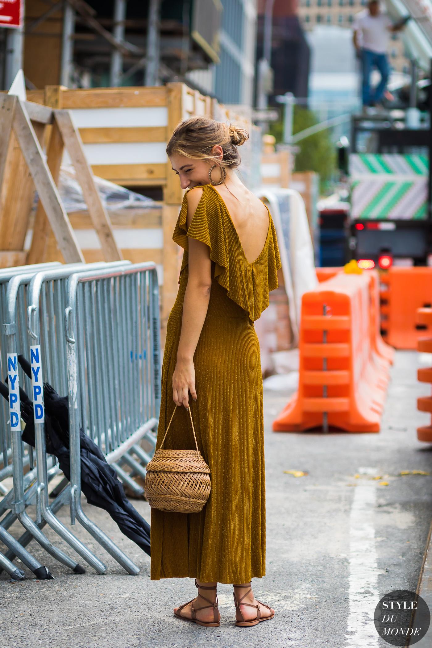 Jenny Walton diện đầm vàng mustard cùng túi xách đan và sandal