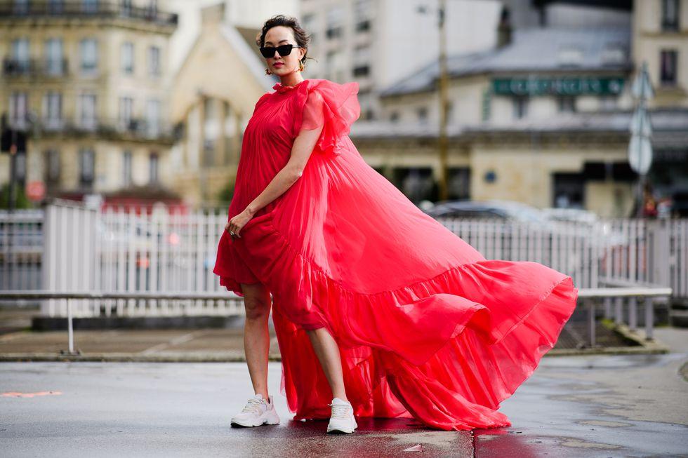 fashionista diện đầm đỏ, giày dad sneakers và kính mát đen tại tuần lễ thời trang paris thu - đông 2019