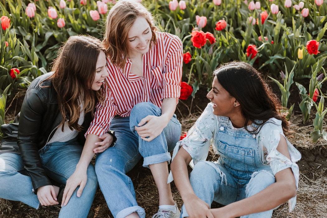 Nhóm bạn gái ba người trước cánh đồng hoa - cung hoàng đạo Sư Tử