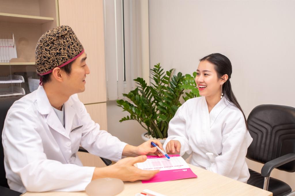 bác sĩ phẫu thuật thẩm mỹ trò chuyện với bệnh nhân 01