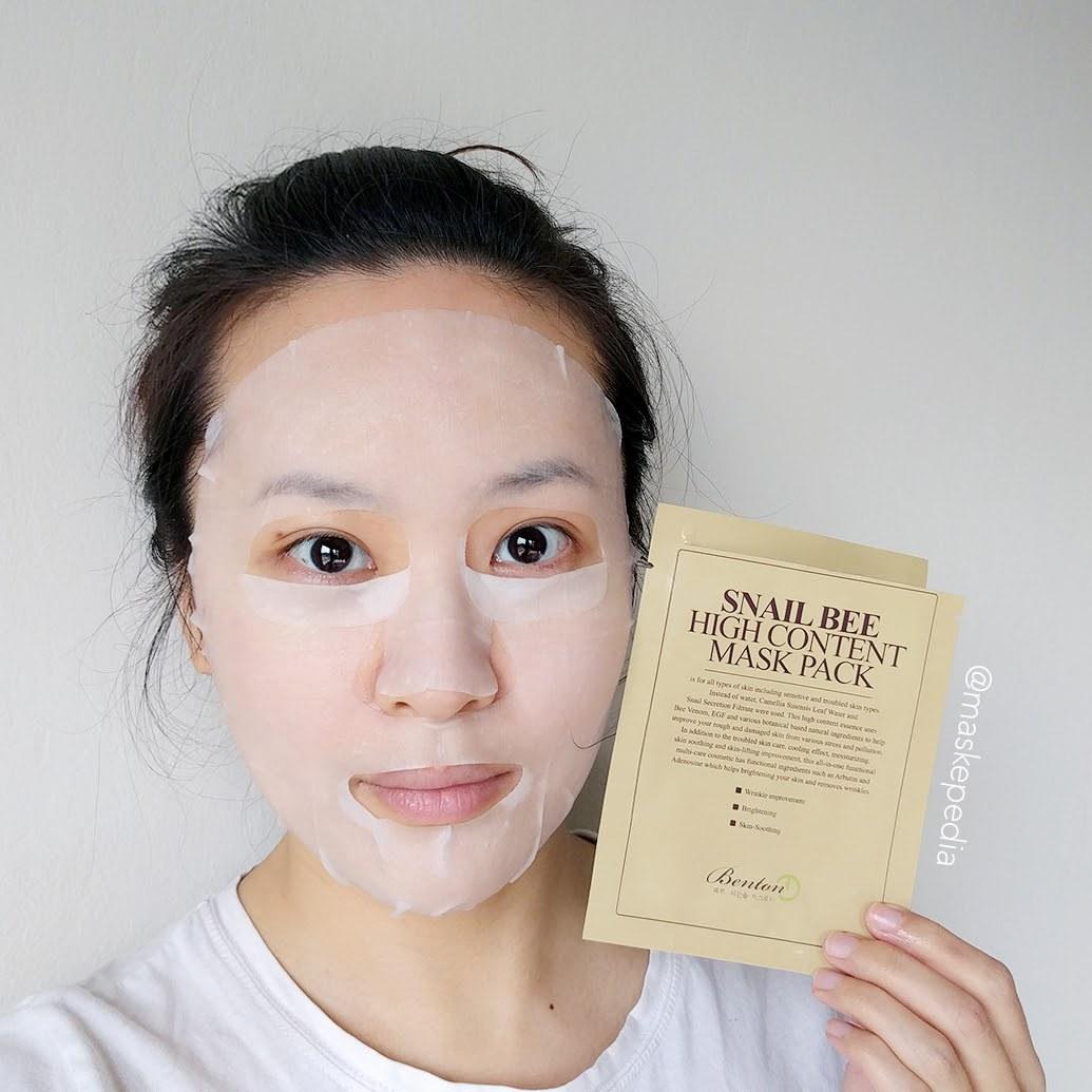 cô gái đắp mặt nạ giấy cotton