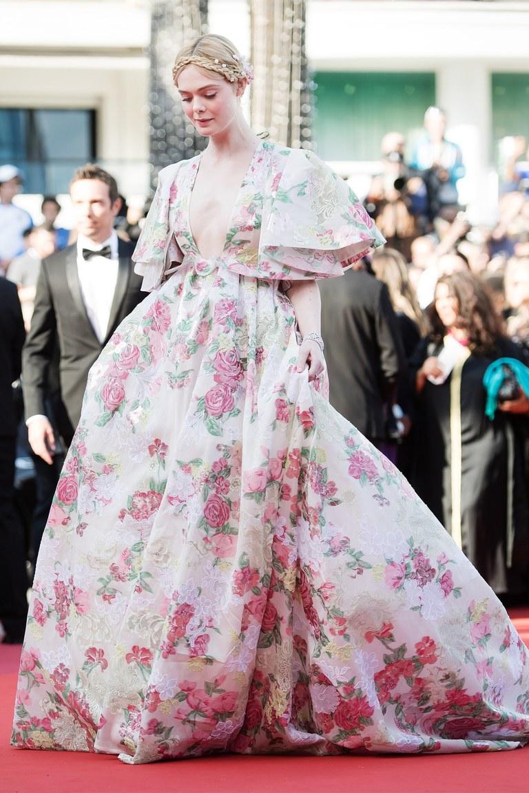Elle Fanning diện đầm hoa Valentino trên thảm đỏ Cannes 2019