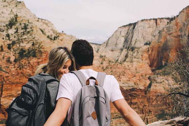 hai người đi du lịch cùng nhau